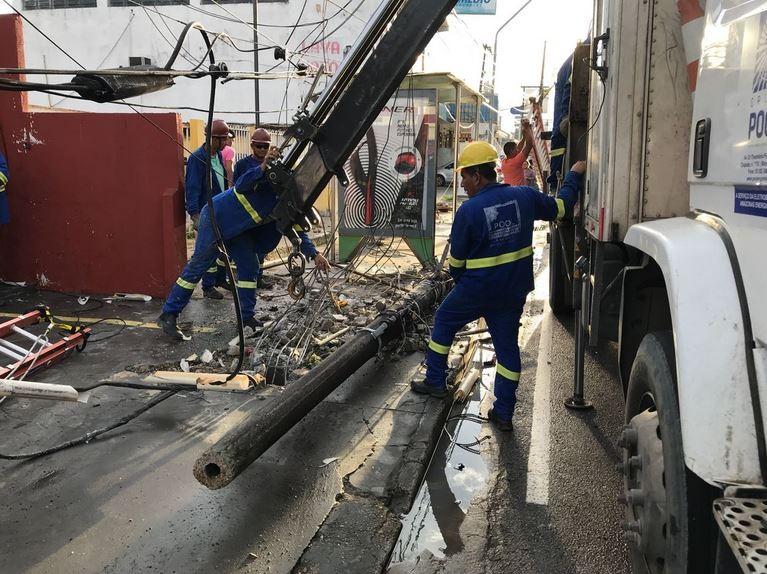 Motorista tenta desviar de táxi e derruba poste em avenida do bairro Dom Pedro, em Manaus