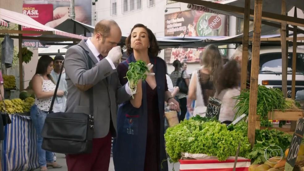 Francesca (Marisa Orth) escolhe verduras para Rodrigo (Paulo Tiefenthaler) - 'Haja Coração' — Foto: Globo