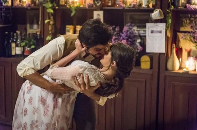 Rodrigo Simas e Agatha Moreira gravam o noivado de Ema e Ernesto em 'Orgulho e paixão' (Foto:  Globo/ Paulo Belote)