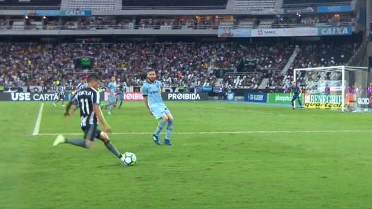 Paulo Miranda deixa gramado com dores no ombro e será reavaliado no Grêmio