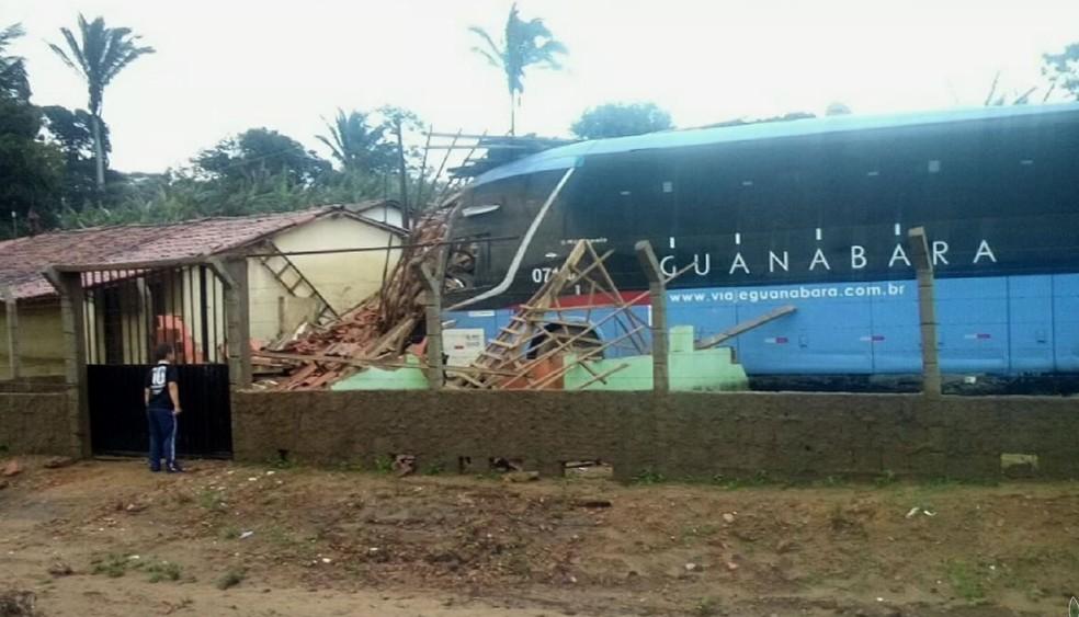 Ônibus perde controle e invade casa no interior do , no Ceará