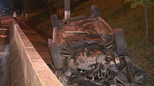 Motorista perde o controle e carro capota na Avenida Lix da Cunha, em Campinas