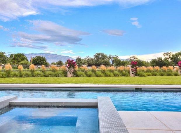 A área de lazer possui piscina e uma cozinha externa (Foto: Realtor/ Reprodução)