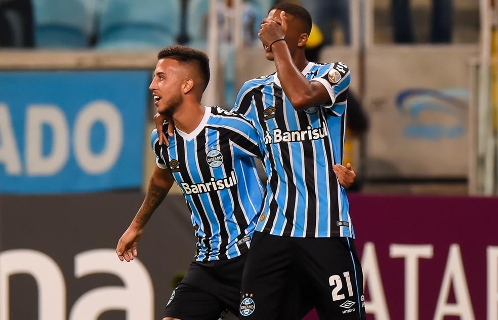 Jovens comemoram gol do meia contra o Rosario Central — Foto: Vinícius Costa/BP Filmes