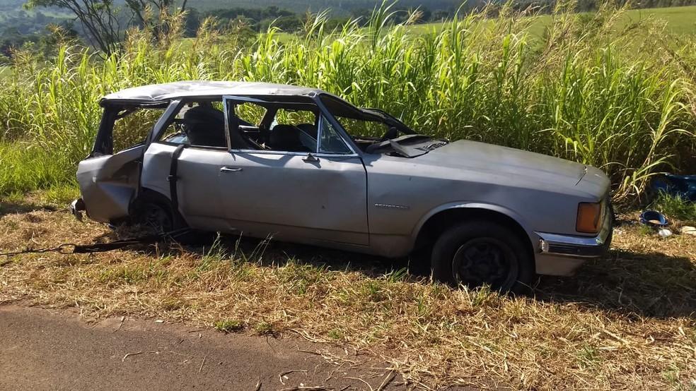 A parte traseira do veículo, onde viajavam as três crianças, ficou bastante amassada — Foto: Polícia Rodoviária/Divulgação