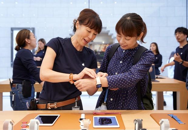 Novo Apple Watch é testado em loja no Japão (Foto: Divulgação)
