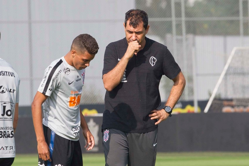 Pedrinho e Fbio Carille durante treino do Corinthians  Foto Daniel Augusto JrAg Corinthians
