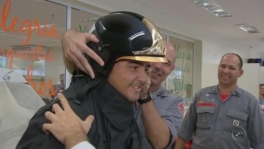 Cadeirante fã dos bombeiros ganha visita especial durante fisioterapia