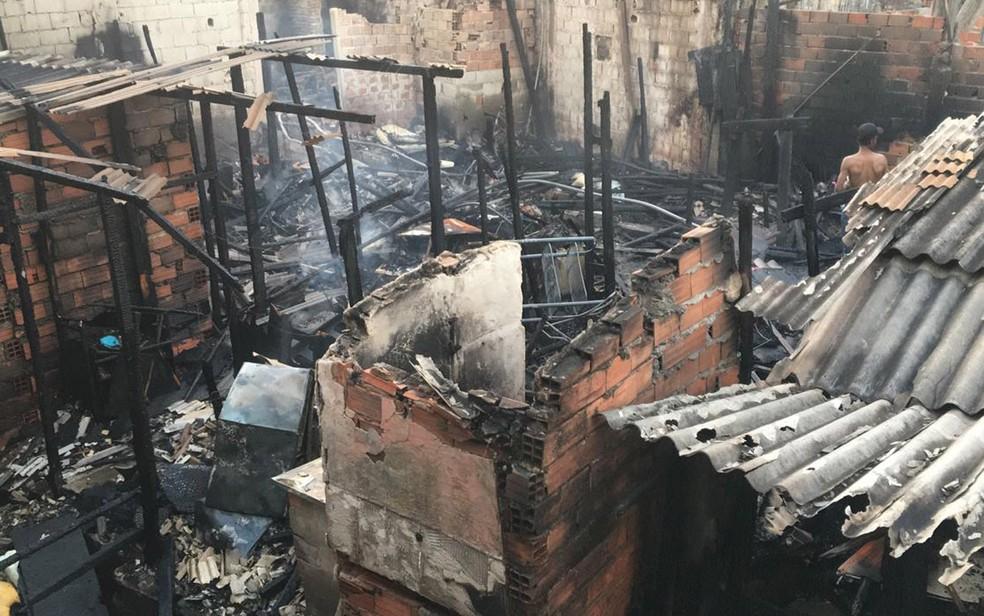 Incêndio atingiu barracos no município de Guarulhos na tarde desta quinta-feira (12) — Foto: Aldieres Batista/Arquivo Pessoal