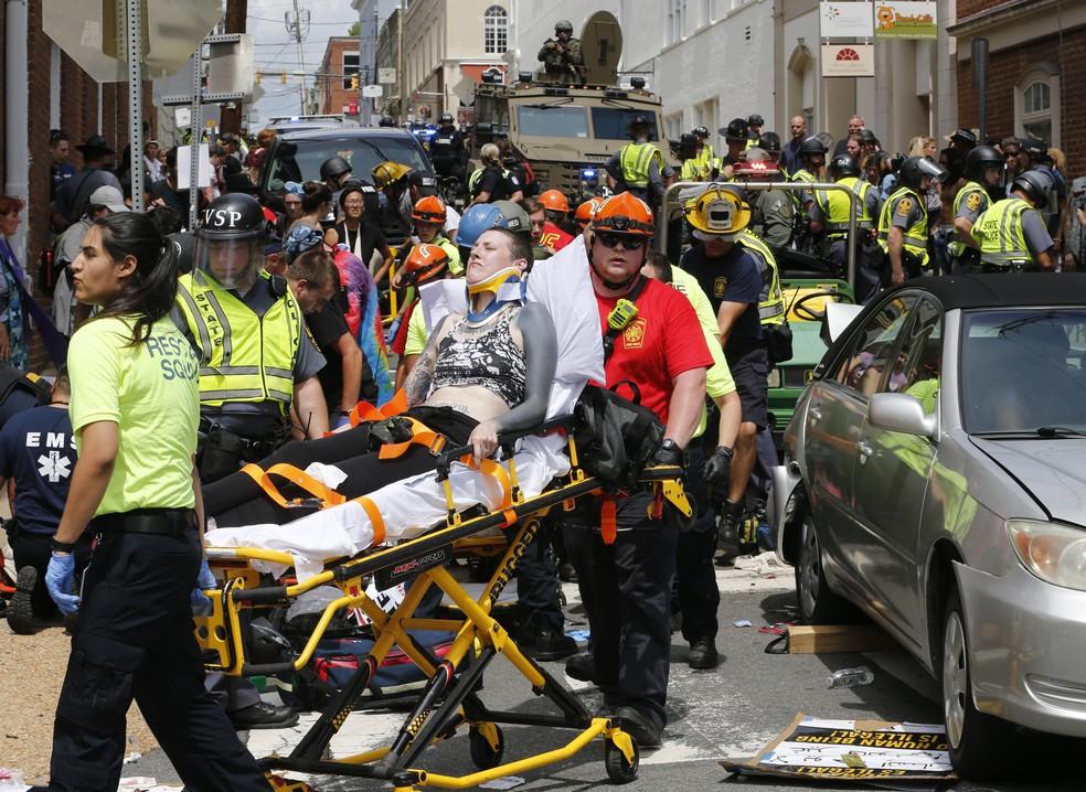 Vítimas são socorridas após atropelamento em Virgínia (Foto: AP Photo/Steve Helber)