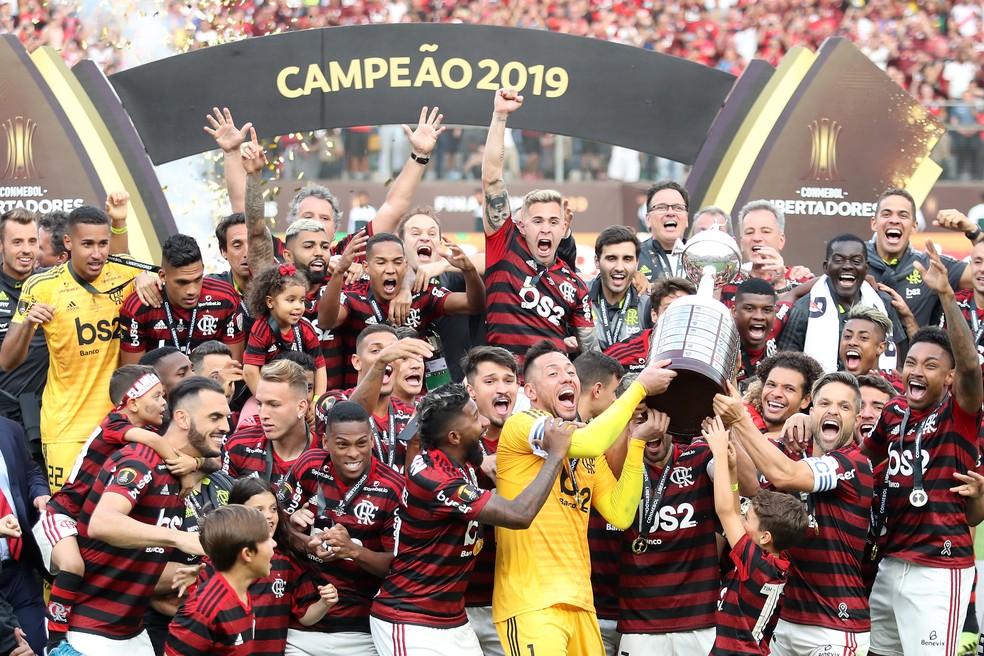 Jogadores do Flamengo levantam a taça da Libertadores — Foto: Getty Images