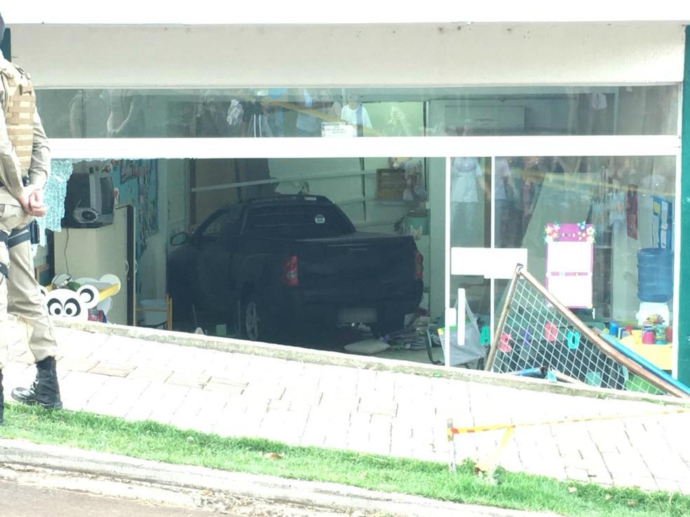 Caminhonete invade creche em Chapecó nesta terça-feira (24) (Foto: André Zanfonatto/NSC TV)