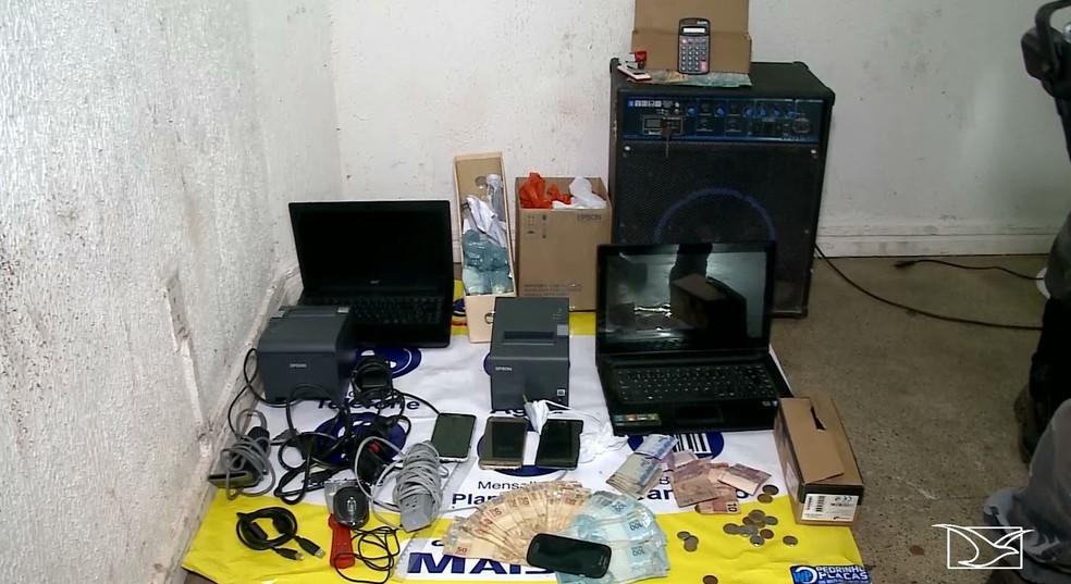 Polícia aprendeu computadores e mais de quatro mil reais em espécie — Foto: Reprodução/TV Mirante