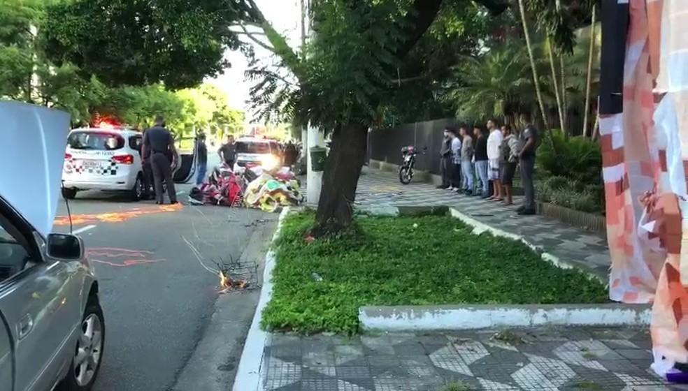 Balão cai na Avenida Chucri Zaidan na manhã deste domingo, 21 de fevereiro — Foto: Michelle Barros/TV Globo