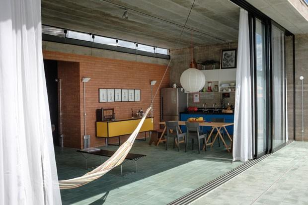 Coleção de canecas tem lugar de destaque nesta casa de concreto (Foto: Eduardo Figueiredo/Divulgação)