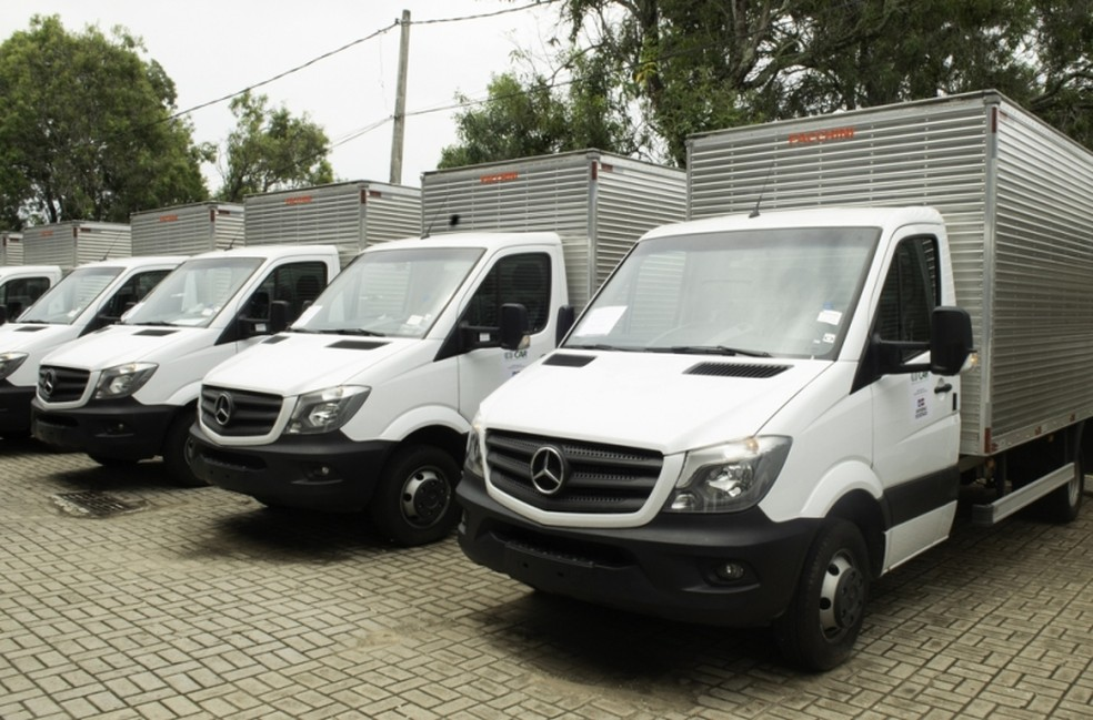 Nove veículos caminhão-baú foram entregues a consórcios de agricultores — Foto: Divulgação/SDR