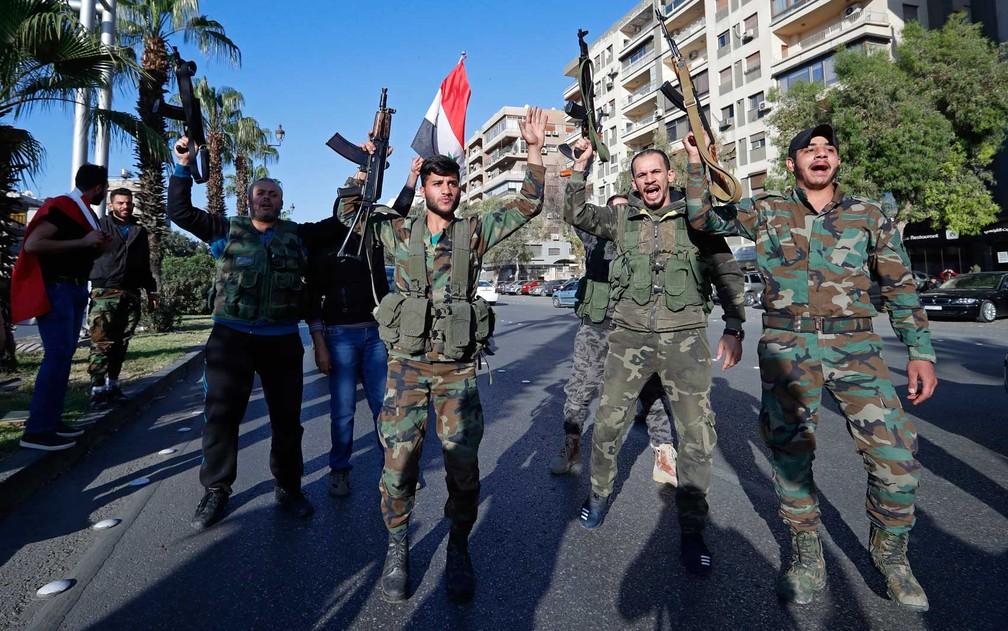 Soldados sírios protestam contra ação conjunta de EUA, Reino Unido e França (Foto: Hassan Ammar / AP Photo)