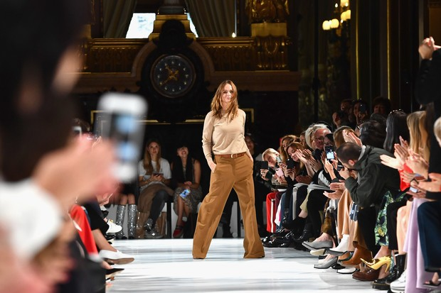 Stella McCartney durante o desfile de sua grife na Semana da Moda de Paris (Foto: Getty Images/Pascal Le Segretain)