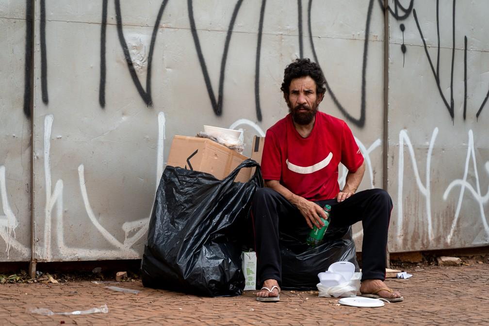 """Segundo Edimar dos Santos, de 34 anos, os """"bicos"""" que costumava fazer no comércio sumiram com a pandemia. — Foto: Marcelo Brandt/G1"""