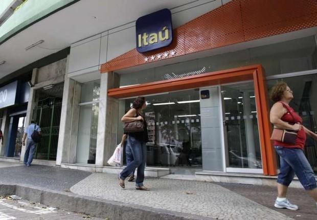 Pedestres caminham diante de agência do banco Itaú Unibanco em São Paulo (Foto: Sergio Moraes/Reuters)