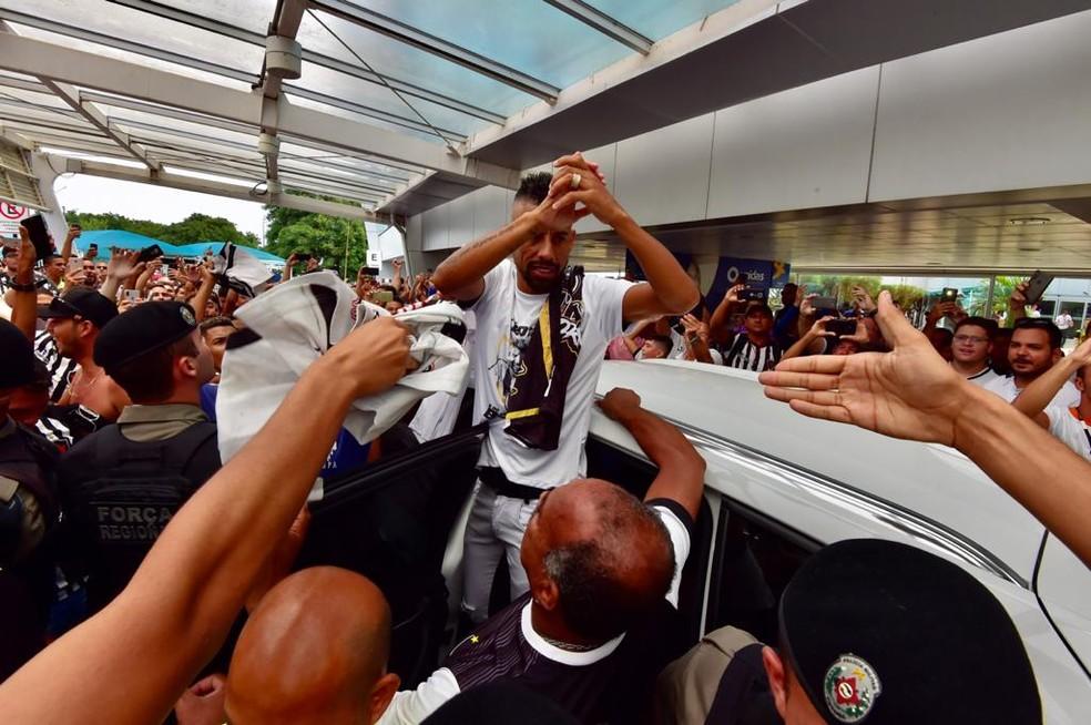 Léo Moura recepcionado pela torcida no aeroporto de João Pessoa — Foto: Josemar Gonçalves/Botafogo-PB