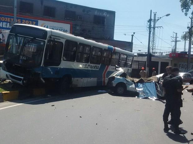 Batida entre ônibus e carro deixa cinco mortos (Foto: Enviado por WhatsApp)