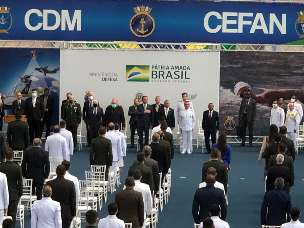 Presidente ouve o Hino Nacional sem máscara em cerimônia no Rio — Foto: Henrique Coelho/G1