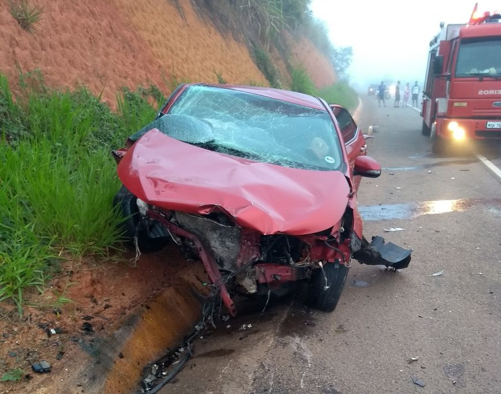 Ocupante de Corolla vermelho morreu em acidente na ES-080, em Colatina (Foto: Divulgação / Polícia Militar)