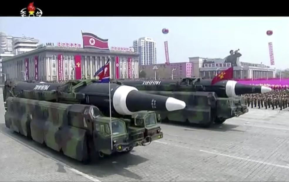 Mísseis exibidos durante parada militar em Pyongyang; não está claro que artefato o país cogita usar contra Guam. (Foto: KRT via AP)