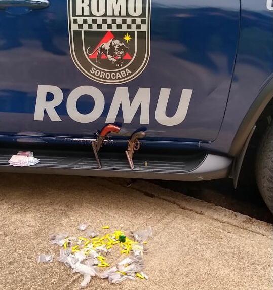 Dois jovens são flagrados com armas de fogo e drogas em Sorocaba