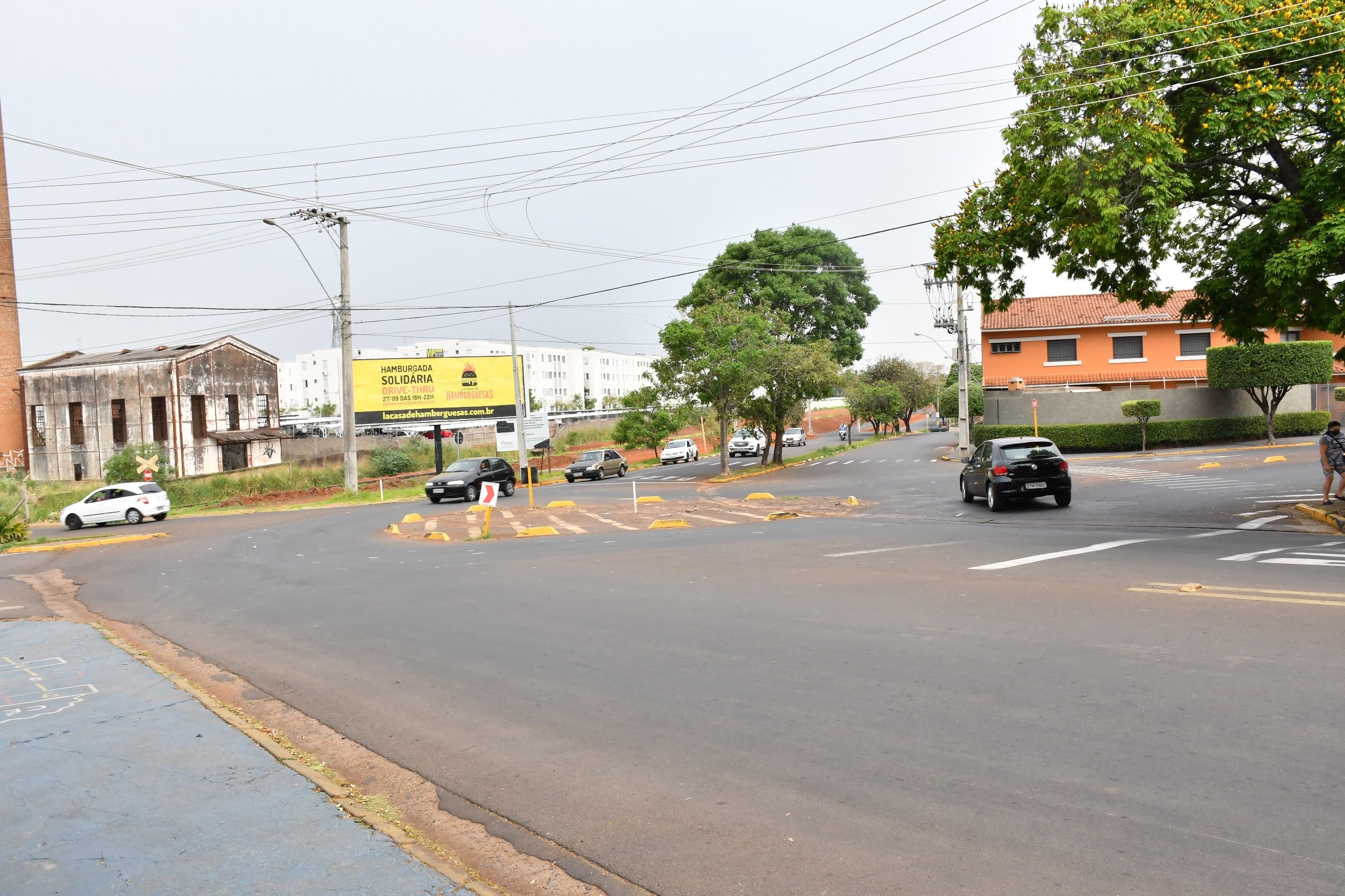 Obras na rotatória entre a Rua José Claro e a Avenida Ademar de Barros deixam trânsito lento e exigem cautela de motoristas