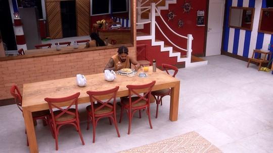 Viegas faz refeição sozinho na cozinha do BBB
