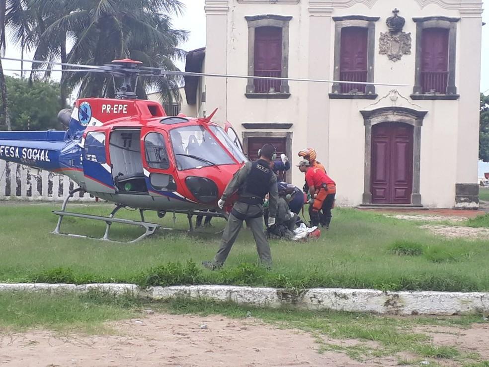 Vítima de ataque de tubarão foi levada em helicóptero para o Hospital da Restauração, no Recife (Foto: Reprodução/WhatsApp)