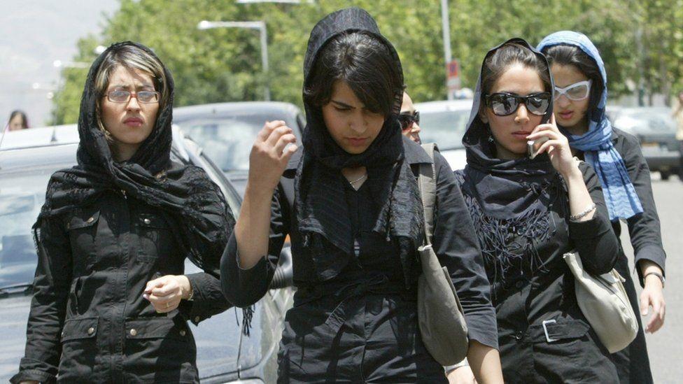 Caminhando em Teerã em 2005 (Foto: BEHROUZ MEHRI/AFP/GETTY IMAGES via BBC)