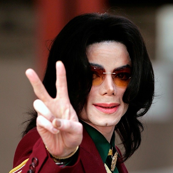 SANTA MARIA, CA - MARCH 17:  Singer Michael Jackson arrives at the Santa Maria Superior Court for testimony during the third week of his child molestation trial March 17, 2005 in Santa Maria, California. Jackson is charged in a 10-count indictment with mo (Foto: Getty Images)