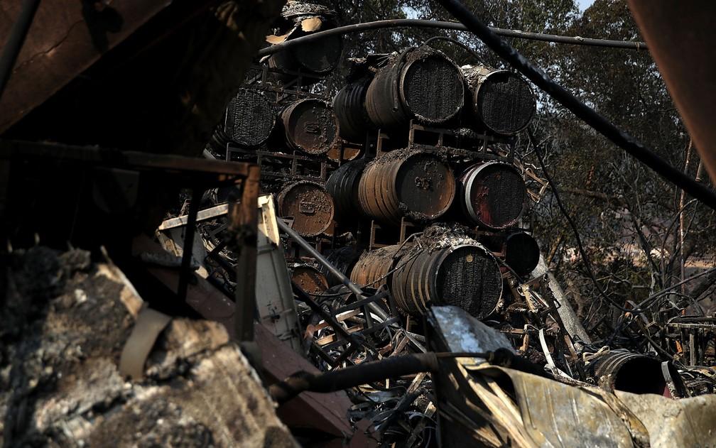 Barris de vinho da vinícola Paradise Ridge, em Santa Rosa, Califórnia, queimados após incêndio em foto de 11 de outubro (Foto: Justin Sullivan/Getty Images/AFP )