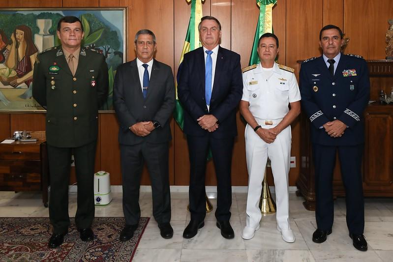 Jair Bolsonaro, o general Braga Netto e os comandantes militares