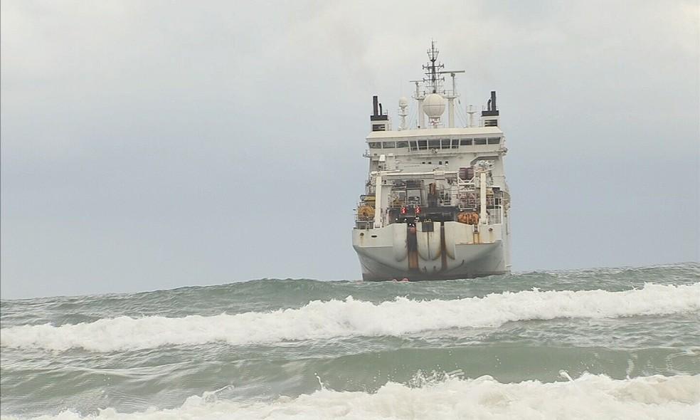 Navio trouxe cabo de fibra ótica ligando continente africano a Fortaleza. (Foto: Reprodução/TV Verdes Mares)