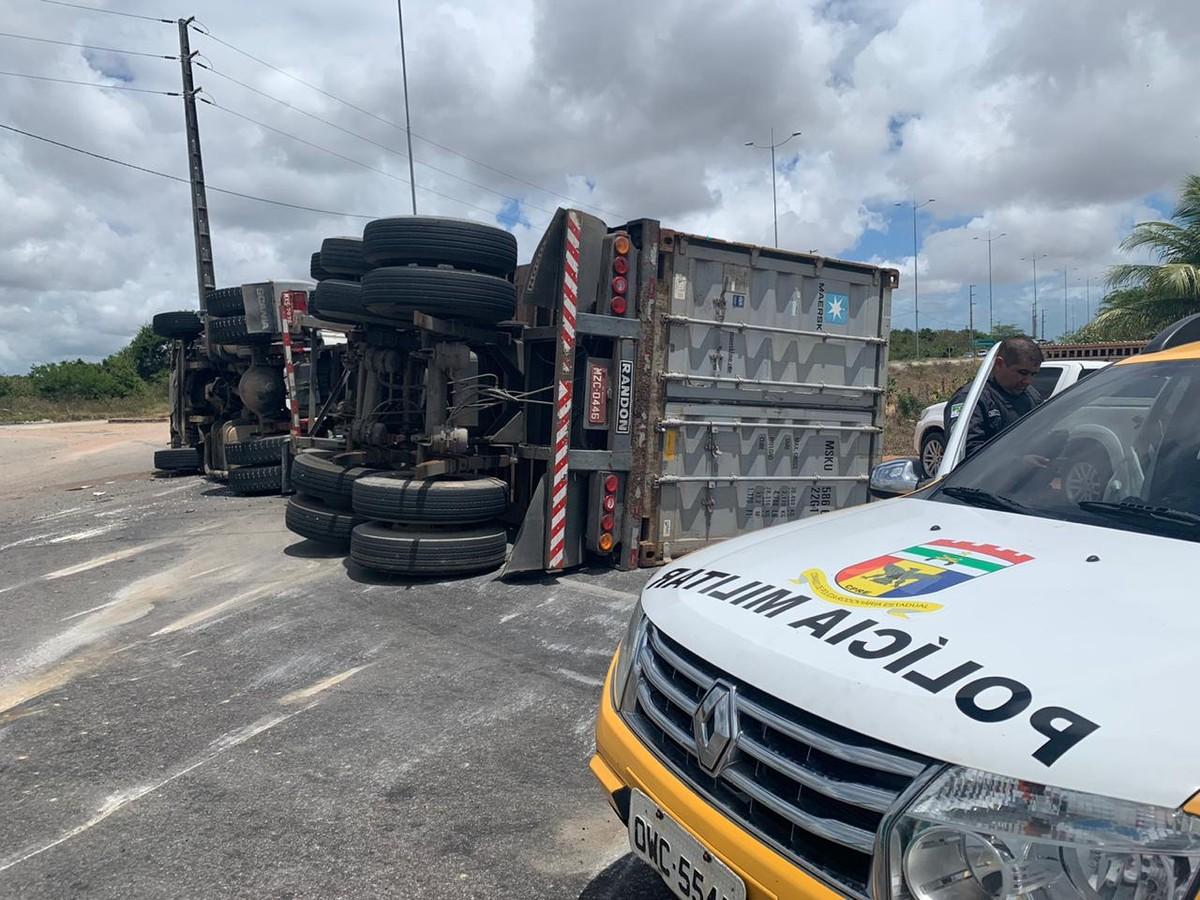 Caminhão carregado com 25 toneladas de arroz tomba na Grande Natal - G1