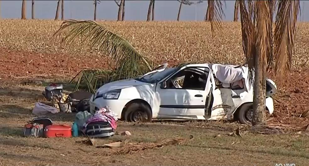 Jovem de 24 anos morre e 3 pessoas ficam feridas após motorista perder controle do carro e bater em árvore em MT — Foto: Reprodução/TVCA