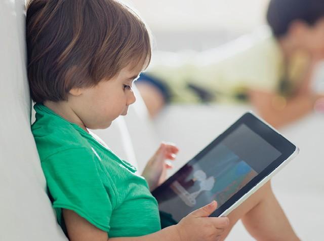 Menino branco utilizando tablet (Foto: Thanasis Zovoilis/ Getty Images)