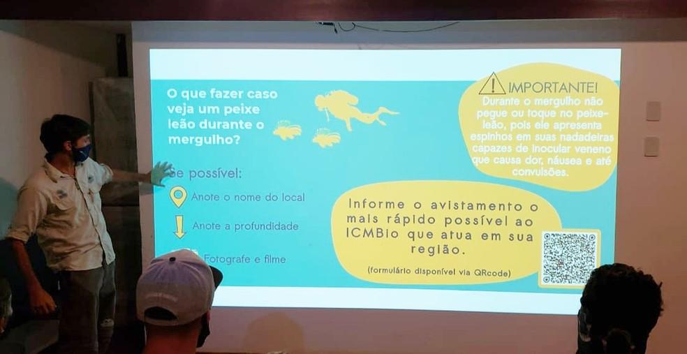 Ricarado Araújo deu orientações aos mergulhadores  — Foto: Ana Clara Marinho/TV Globo