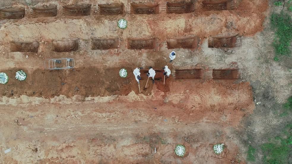 Vítimas da Covid-19 são enterradas no Cemitério Parque das Flores, no Recife — Foto: Augusto César/TV Globo