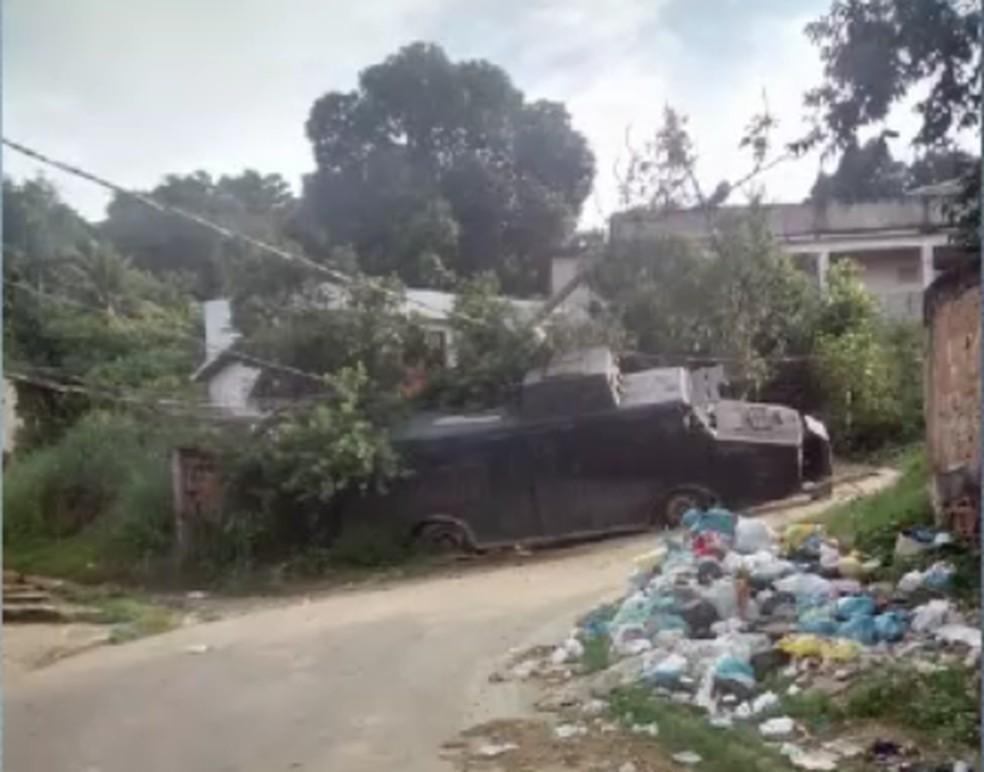 Blindado da PM caiu em um barranco, na comunidade do Guaxa, em Belford Roxo — Foto: Reprodução Internet