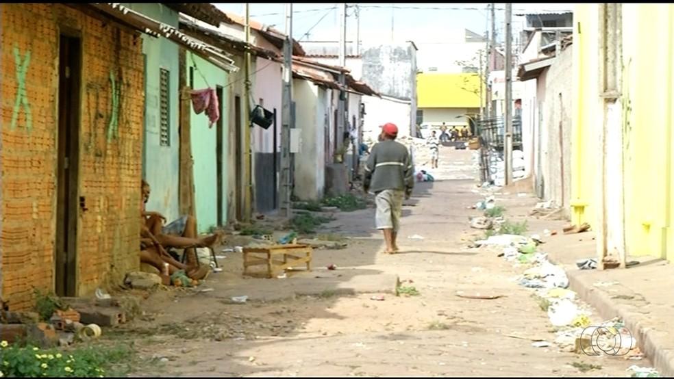 Local onde funcionava feira também é ponto de venda e uso de drogas (Foto: Reprodução/TV Anhanguera)