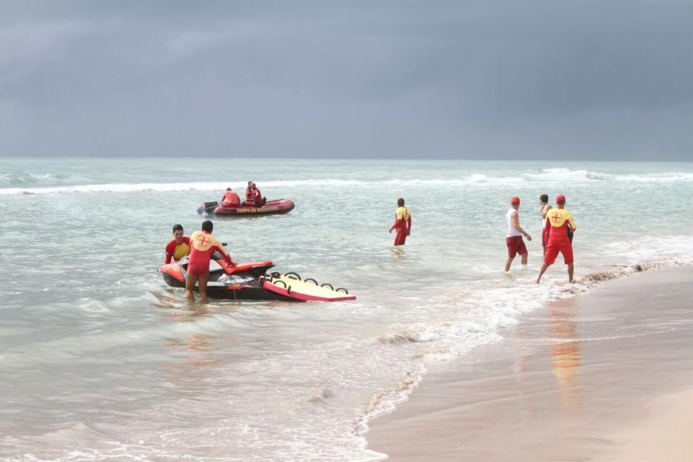 Bombeiros buscam no mar a fuselagem do Globocop, que caiu na manhã desta terça-feira (23), na Zona Sul do Recife (Foto: Aldo Carneiro/Pernambuco Press)