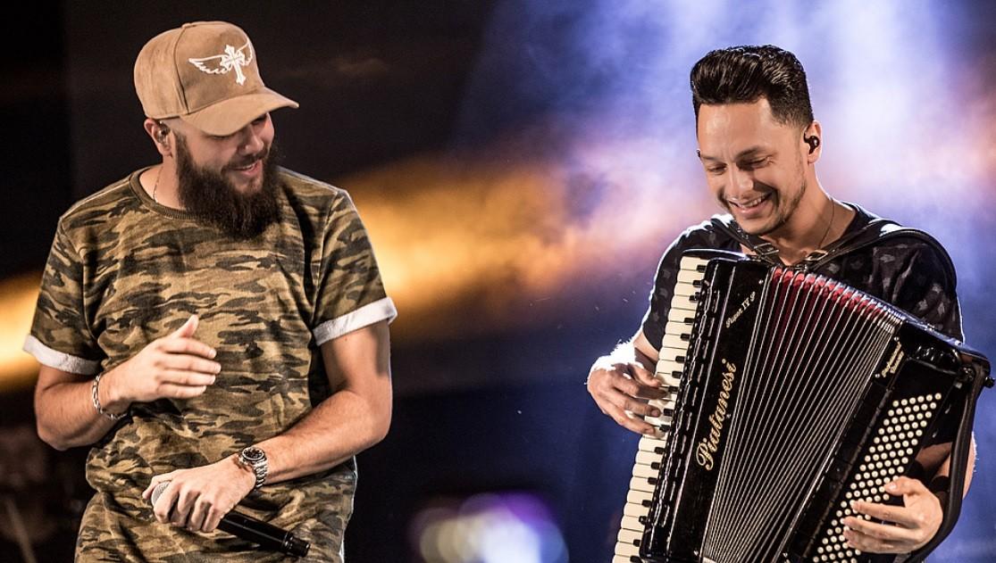 J sem o look, Henrique usou um bon em show na Bahia, neste domingo (1) (Foto: Reproduo/Instagram/@henriqueejuliano)