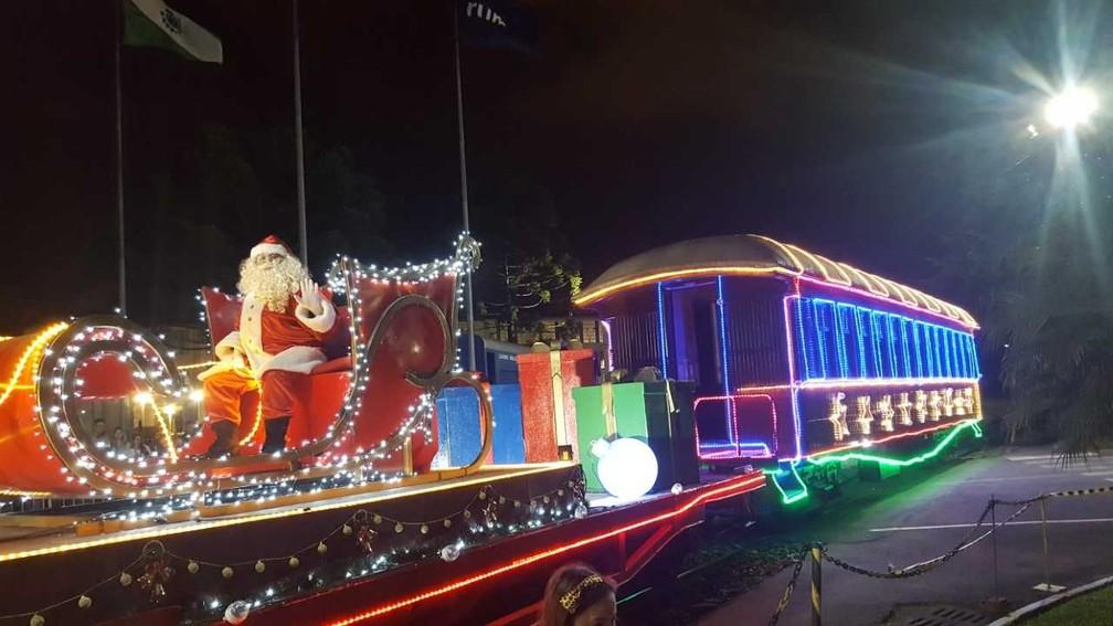 Maria Fumaça reboa trenó do Papai Noel por bairros de Curitiba — Foto: Natália Filippin/ G1 PR