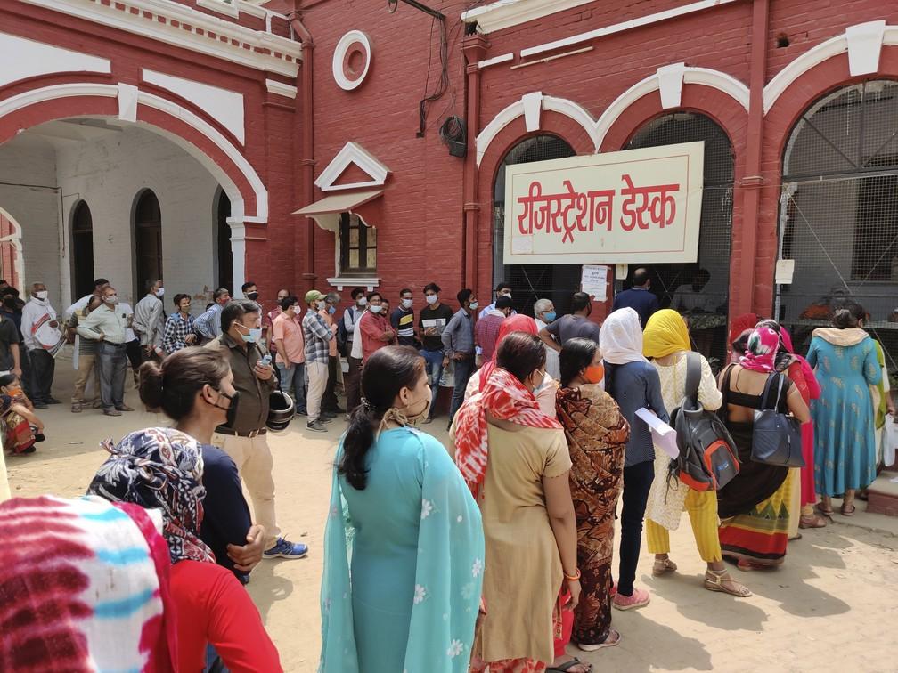 Indianos esperam em fila para fazer teste de Covid-19 em Prayagraj, na Índia, em 8 de abril de 2021 — Foto: Rajesh Kumar Singh/AP
