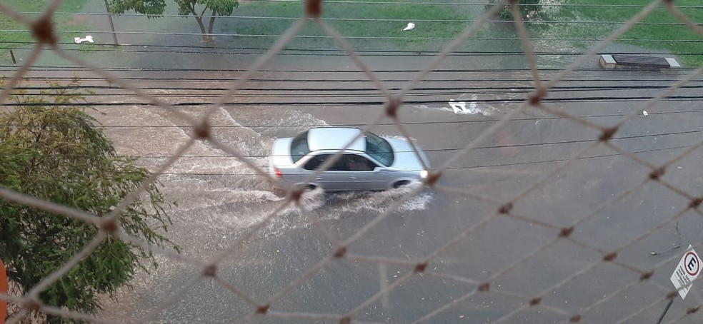 Avenidas de Presidente Prudente foram alagadas pela chuva — Foto: Maria Furtado/Cedida